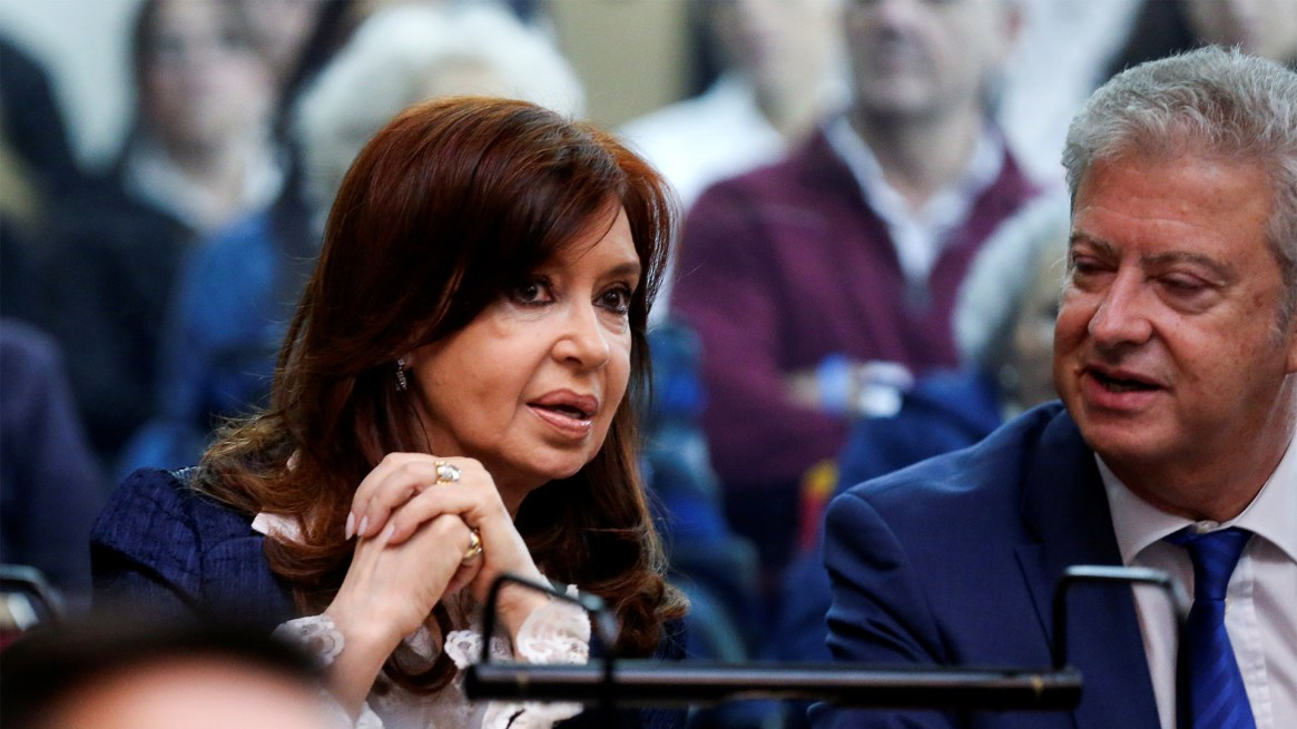 Cristina Kirchner dialoga con su abogado Beraldi. Detrás de ellos, están los invitados de la ex Presidente que la acompañaron a Comodoro Py