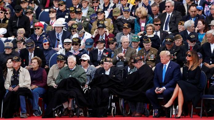 El presidente de Estados Unidos, Donald Trump, y su esposa Melania junto a veteranos estadounidenses del Día D que fueron homenajeados (Reuters)