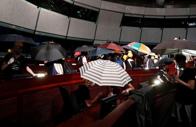 Los icónicos paraguas de los manifestantes de Hong Kong, adentro del parlamento. (Reuters)