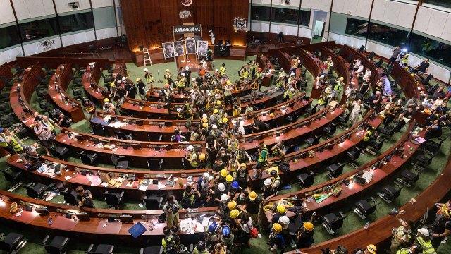Tras el regreso de la Policía a la zona del Parlamento, los manifestantes decidieron abandonar la toma