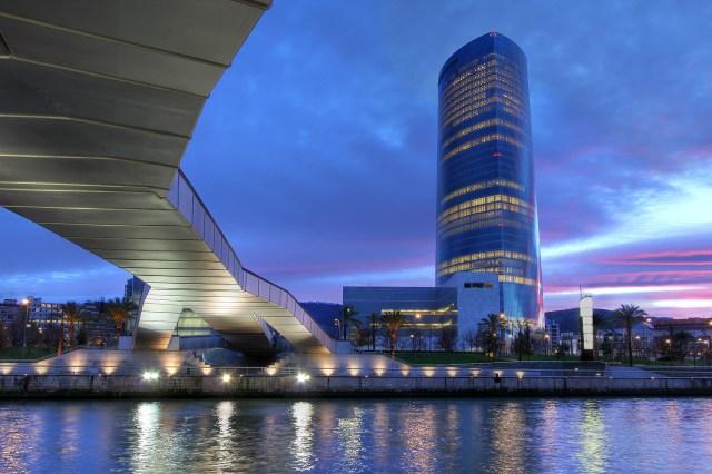 En Bilbao, España, César Pelli en 2011 inauguró la Torre Iberdrola, un rascacielos de 165 metros de altura, siendo el octavo más alto de España. Tiene 41 pisos, 50.000 m2 y su estructura tiene la forma de un triángulo isósceles (Shutterstock)