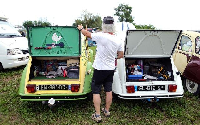 Un hombre de pie junto a un Citroën 2CV en Samobor, Croacia. (Reuters)