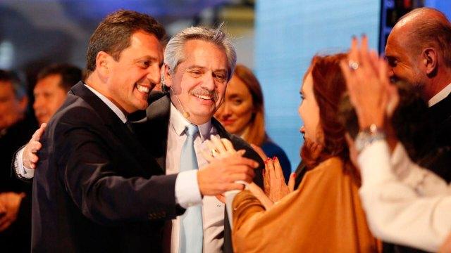 Abrazo público: Sergio Massa, Fernández, Cristina Fernández y después se sumó Kicillof