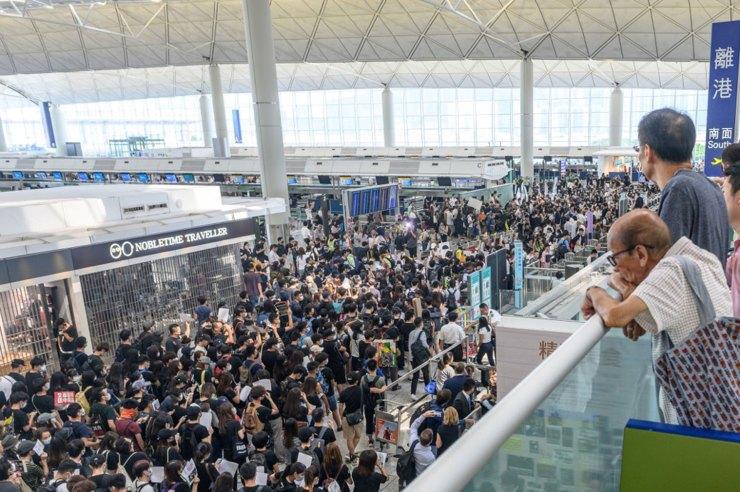 La multitud abarrota el área frente a las puertas (Foto de Philip FONG / AFP)