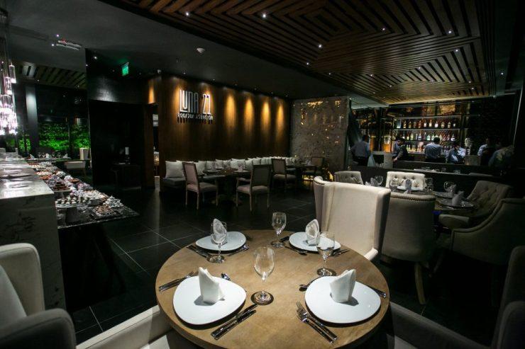 LUNA 21. El restaurante Luna 21 ofrece almuerzo y cenas a la carta, con platos fusionados. Se encuentra en el piso 21 del Word Trade Center.
