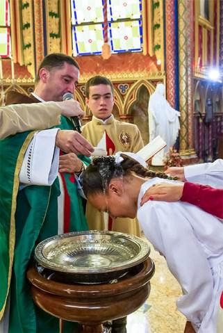 Un sacerdote heraldo administra el sacramento del Bautismo - Basílica de Nuestra Señora del Rosario, Caieiras (Brasil)