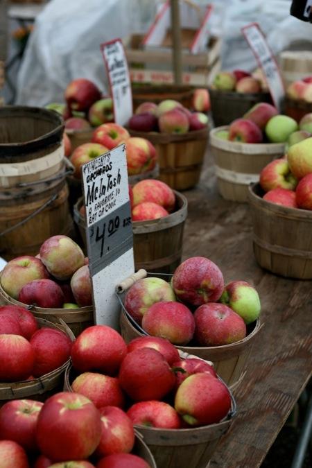 farmers_market_apples