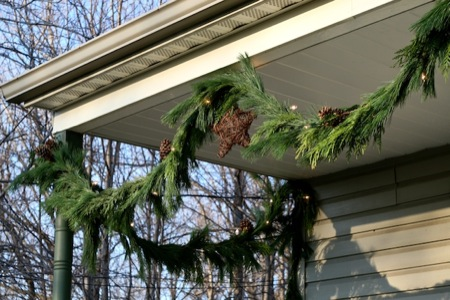 Fresh_pine_garland_on_porch