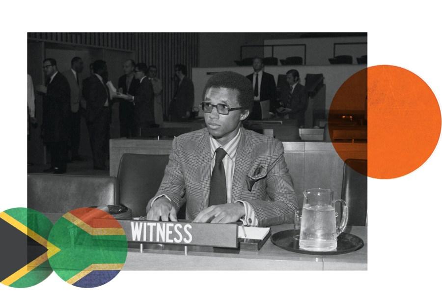Arthur Ashe lors des audiences du Comité spécial de l'Assemblée générale des Nations Unies sur l'apartheid en 1970. Ashe a demandé aux États-Unis, la Grande-Bretagne, la France, l'Australie, l'Allemagne et l'Italie d'expulser l'Afrique du Sud de la Fédération internationale de tennis sur gazon, ainsi que d'interdire le pays de participer à la Coupe Davis.