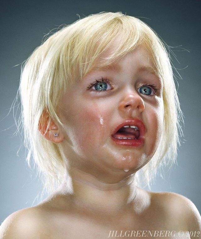 Weinende Kinder II von Jill Greenberg auf DEMILKED