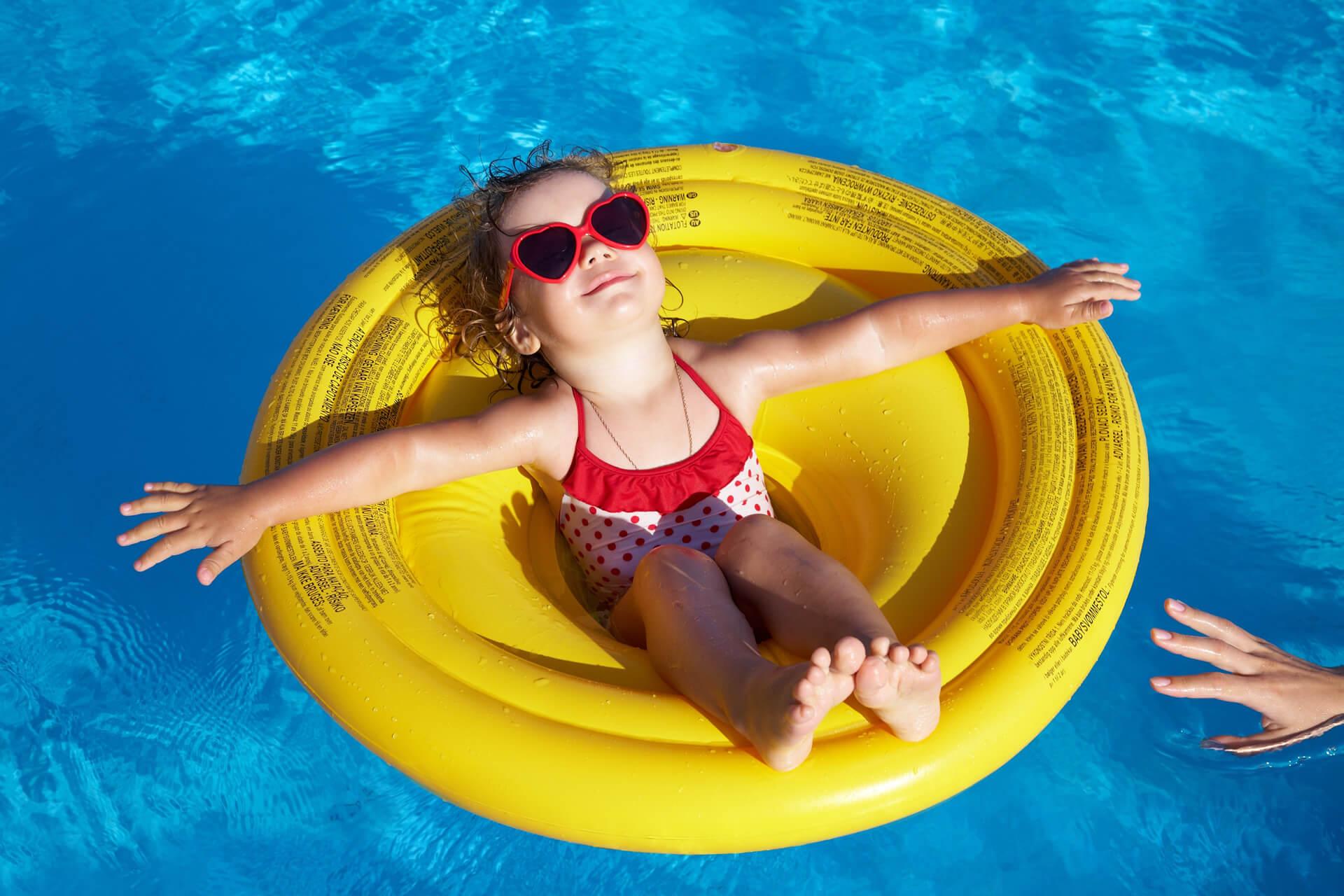 crianca-feliz-piscina