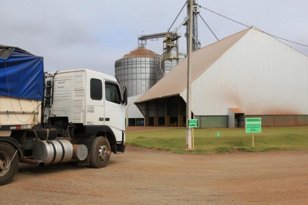Levantamento junto as transportadoras para saber o custo do frete para escoamento da produção de milho e gergelim no município de Água Boa - MT, apontou um valor superior a 26 milhões de reais.