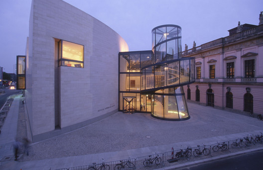 Exterior view of Deutsches Historisches Museum (German Historical Museum) at night, Berlin / Germany. Architecture: Pei Associates, New York. Photography: Rudi Meisel. Image © ERCO GmbH, www.erco.com