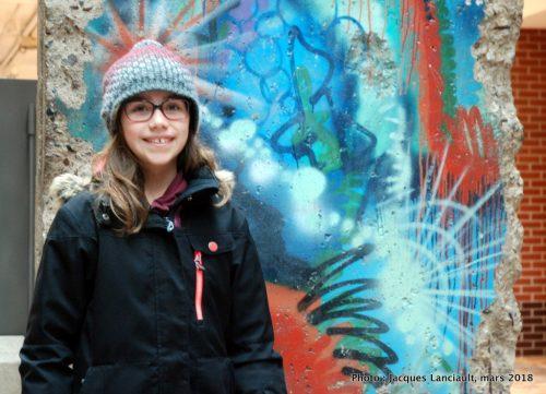 Chloé et le fragment du Mur de Berlin... à Montréal