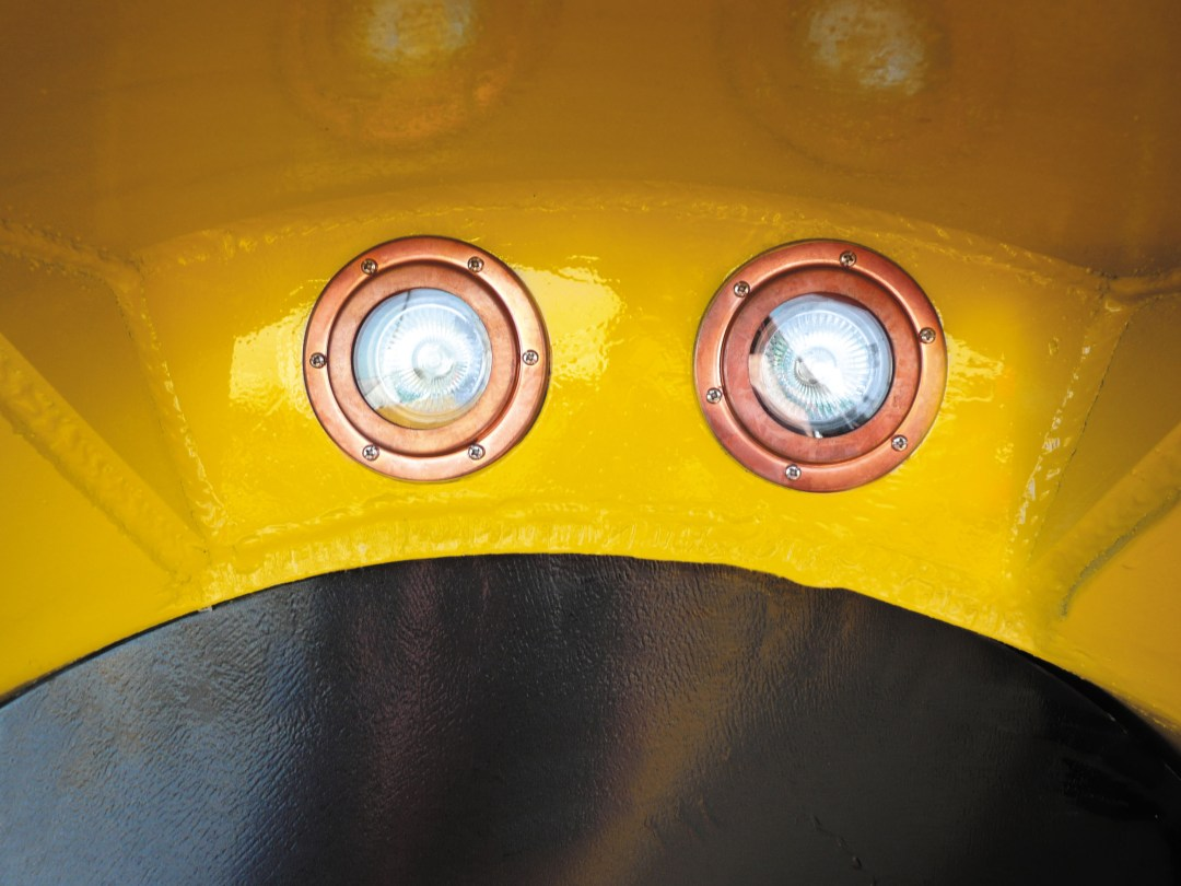 Monitor. Check and maintain the line throughout the bore with twin line projection halogen lights enclosed in the steering head