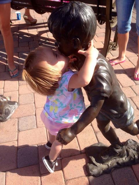 Estatua de niño y bebe