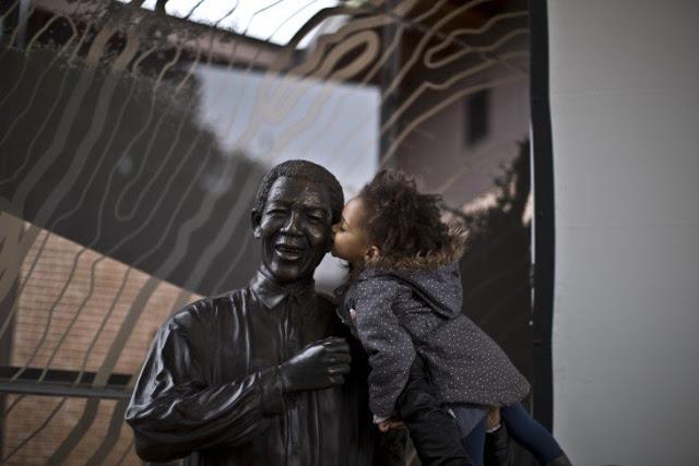 Estatua de Nelson Mandela y niña.