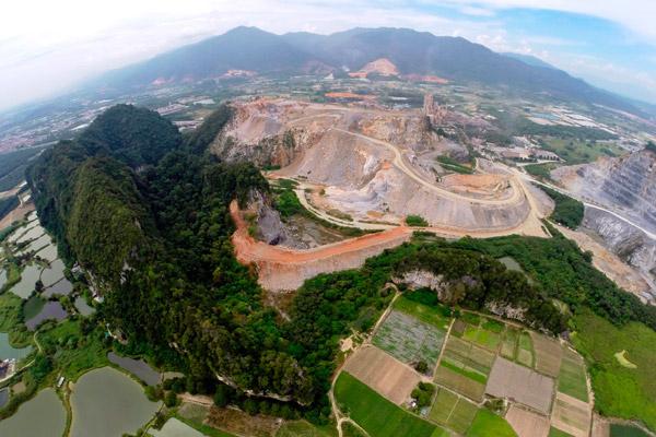 Vista aérea de una cantera de cemento y una colina de piedra caliza, hábitat de varias especies que no se encuentran en ningún otro lugar, incluyendo un nuevo caracol. Fotografía de: Ong Poh Teck/Basteria.