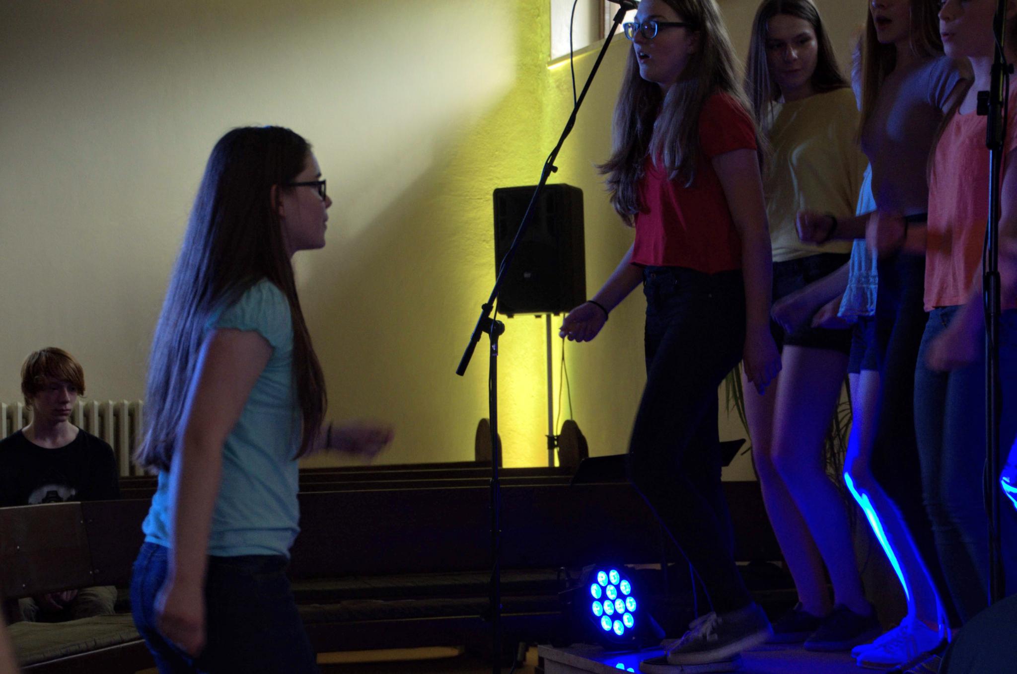 Elisabeth conducts the choir