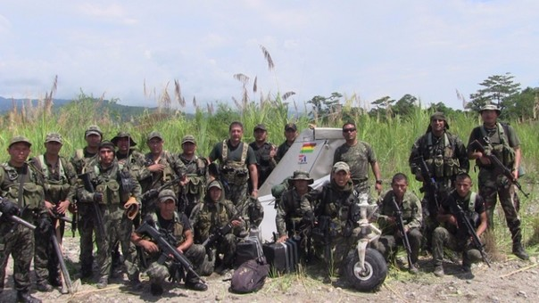 Patrullas combinadas de la PNP y Fuerzas Armadas con parte de la aeronave que trasladaba droga