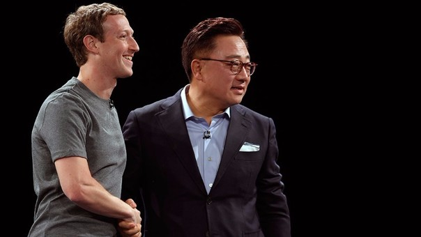 Mark Zuckerberg y DJ Koh en el Mobile World Congress de Barcelona.