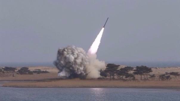 Fotografía de la agencia de noticias norcoreana KCNA que muestra las pruebas de lanzamiento de un nuevo sistema de lanzamisiles múltiple de largo calibre.