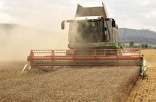 800px-The_combine_Claas_Lexion_584_in_the_wheat_harvest.jpg