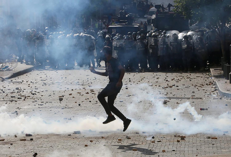 VIDEO: PROTESTAS EN BEIRUT DEJAN MÁS DE 130 HERIDOS