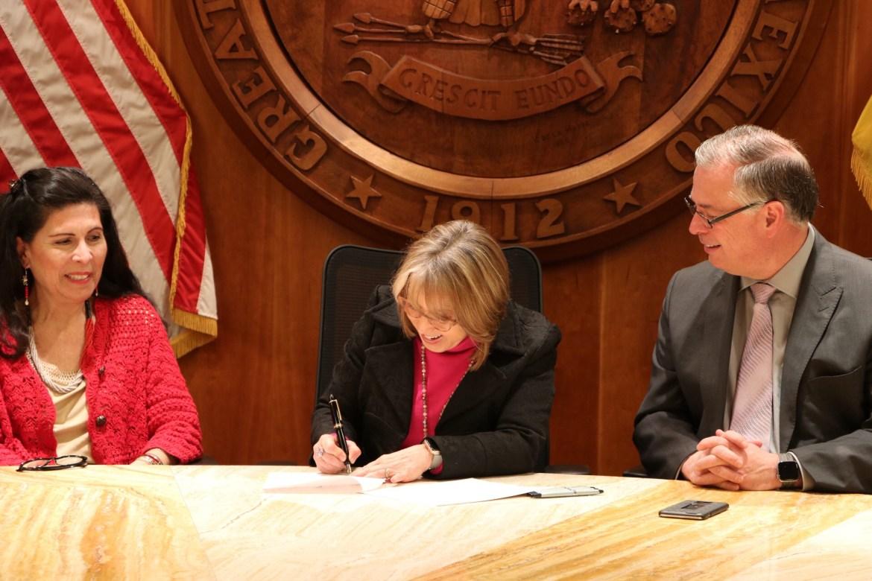 Gov. signs same-day voter registration bill