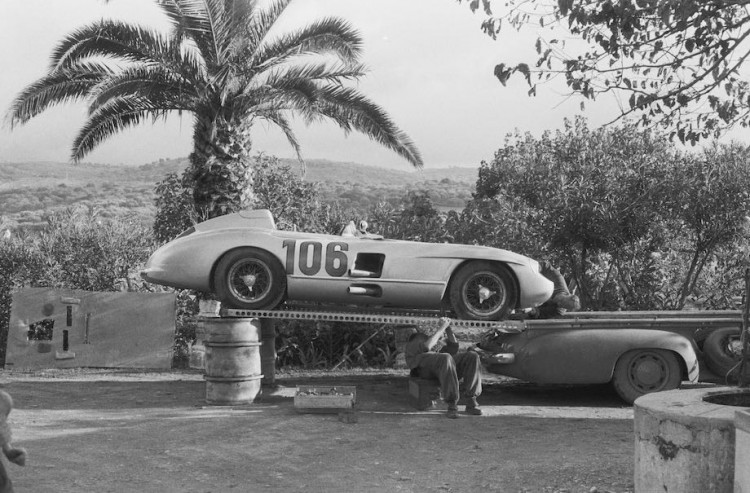 Mercedes-Benz high-speed transporter with the 300 SLR racing car, start number 106, of the Fitch/Titterington team (4th place).