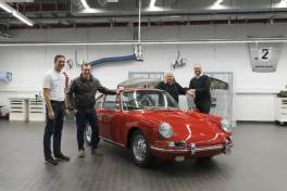 "Kuno Werner (very left) and Alexander Klein (very right, both Porsche Museum) present the 911 to pre-owner Bernd Ibold (2.f.r.) and ""Trodeltrupp""-anchorman Otto Schulte (2.f.l.) after its restoration."