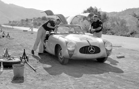 Hans Klenk (left) and Karl Kling with their Mercedes-Benz 300 SL W 194.