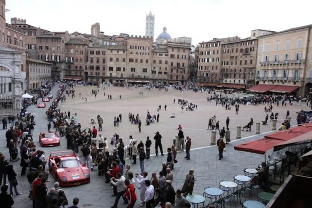 Ferrari F40 - Piazza del Campo in Siena