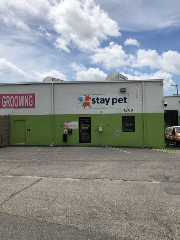 Severn, MD - Estimating for new gutters at Stay Pet Resort