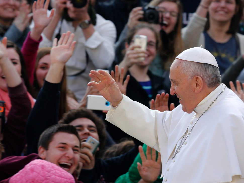 Papa Francisco dice que el Estado no debe obtener beneficio de la asistencia médica