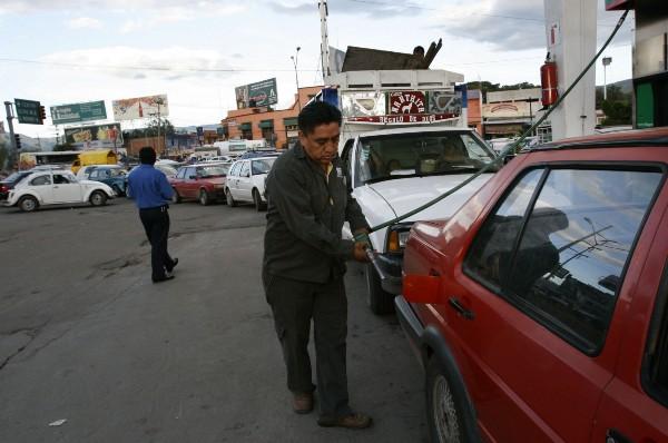 gasolinero despachando pemex