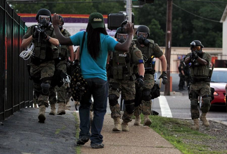 policías apuntan armas contra negro afroamericano estados unidos