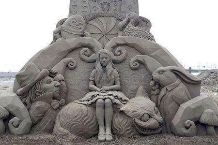 esculturas de arena de playa - Alicia en el pais de las maravillas