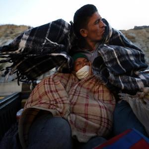 Dos inmigrantes hondureños viajan en la batea de un camión como parte de Caravana Migrante, que incluye a miles de migrantes centroamericanos que se dirigen a la frontera de México con Estados Unidos. Mexicali, México. 20 de noviembre de 2018. Foto: Carol Guzy, ZUMA Wire, a través de DPA.