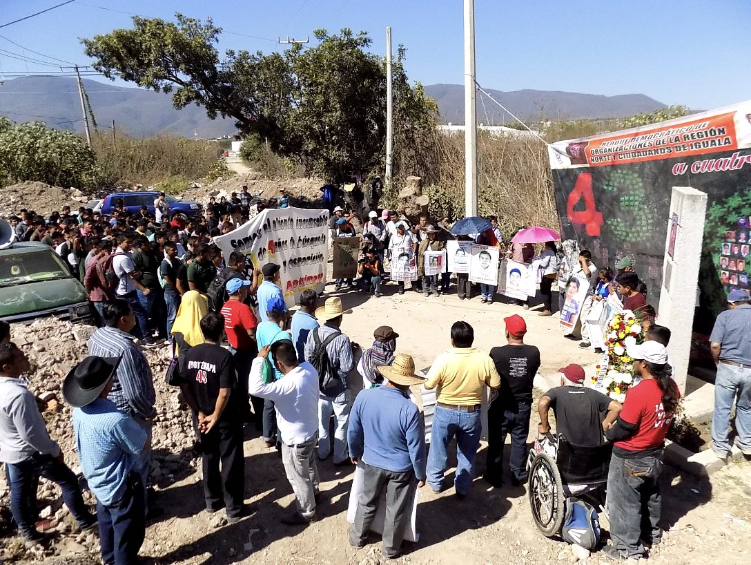 21122018- Oadre y madres de los 43 normalistas de Ayotzinapa en el mitin realizado en la estela colocada a los normalistas asesinados Julio César Nava y Daniel Solis Gallardo en la esquina de la calle Juan Álvarez de Iguala. foto: Jesús Guerrero