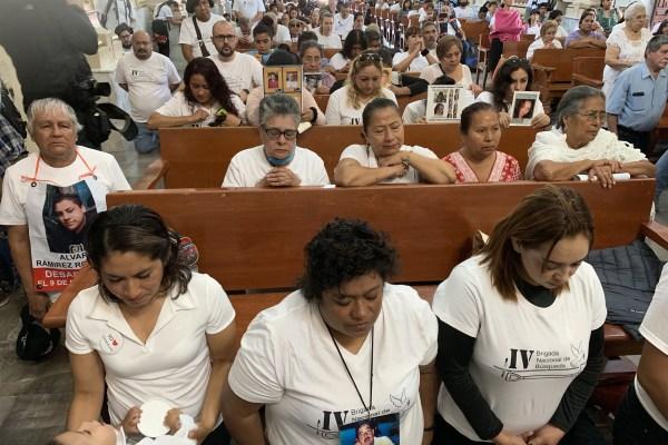Integrantes de la Brigada en una oración por sus desaparecidos durante la misa de bienvenida en la iglesia de Huitzuco. Foto: Lenin Ocampo Torres.