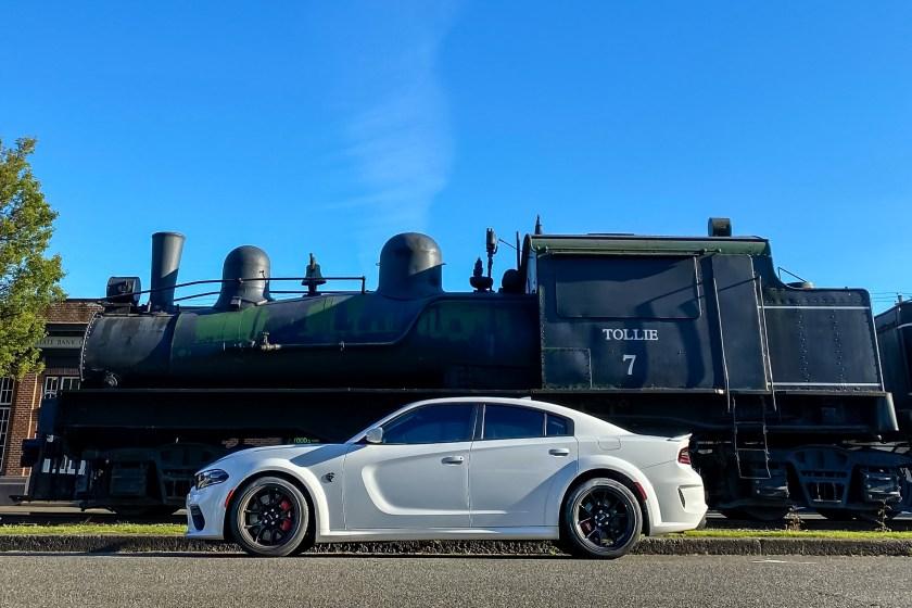 2021 Dodge Charger SRT Hellcat Redeye Widebody junto a la locomotora