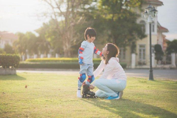 Hasil gambar untuk ibu dan anak berolahraga