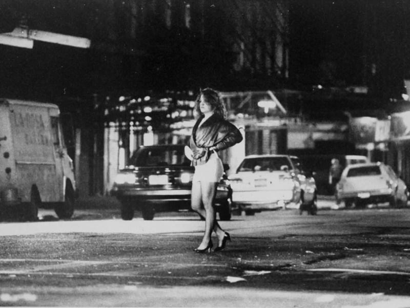 Una mujer se prostituye en Manhattan.