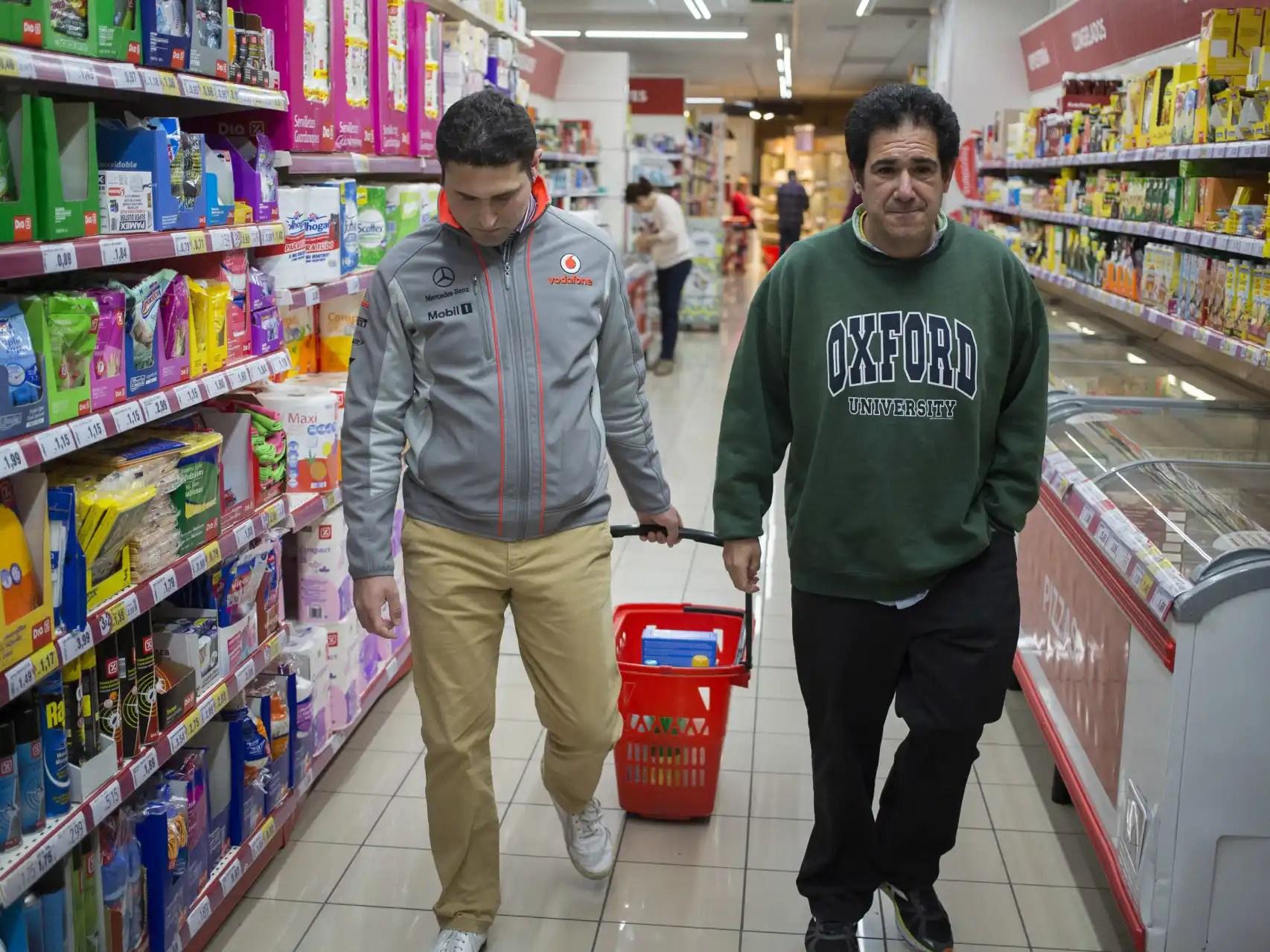 Guillermo y Eduardo hacen la compra.