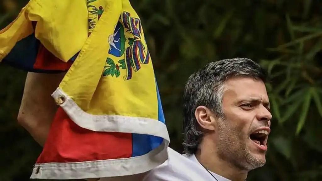 Leopoldo López saluda desde su casa tras ser liberado.
