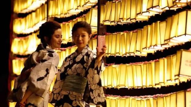 Dos japonesas posan para un 'selfie' durante el festival Mitama, en Tokio.