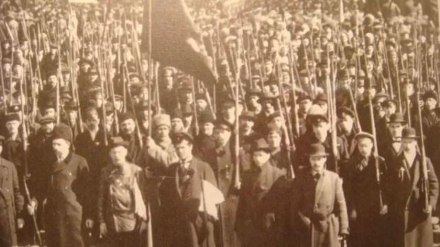 Manifestación de obreros armados y la Guardia Roja en Petrogrado (1917).