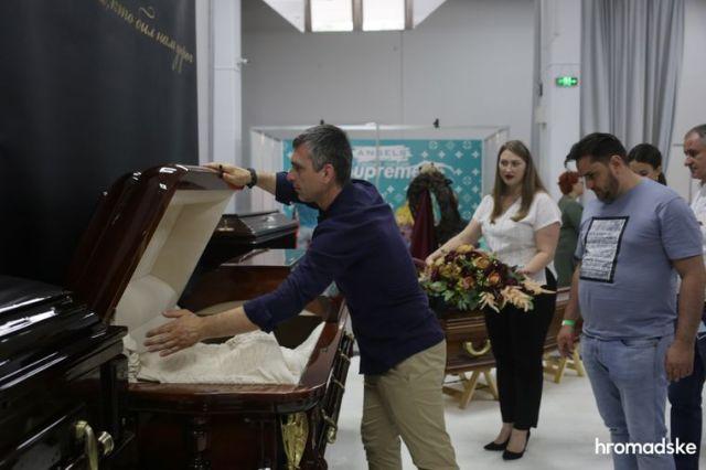 Демонстрация образцов гробов на выставке современной похоронной культуры RIP EXPO в Киеве, 26 июня 2021 года