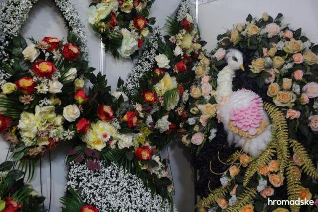 Надгробные венки на выставке современной похоронной культуры RIP EXPO в Киеве, 26 июня 2021 года